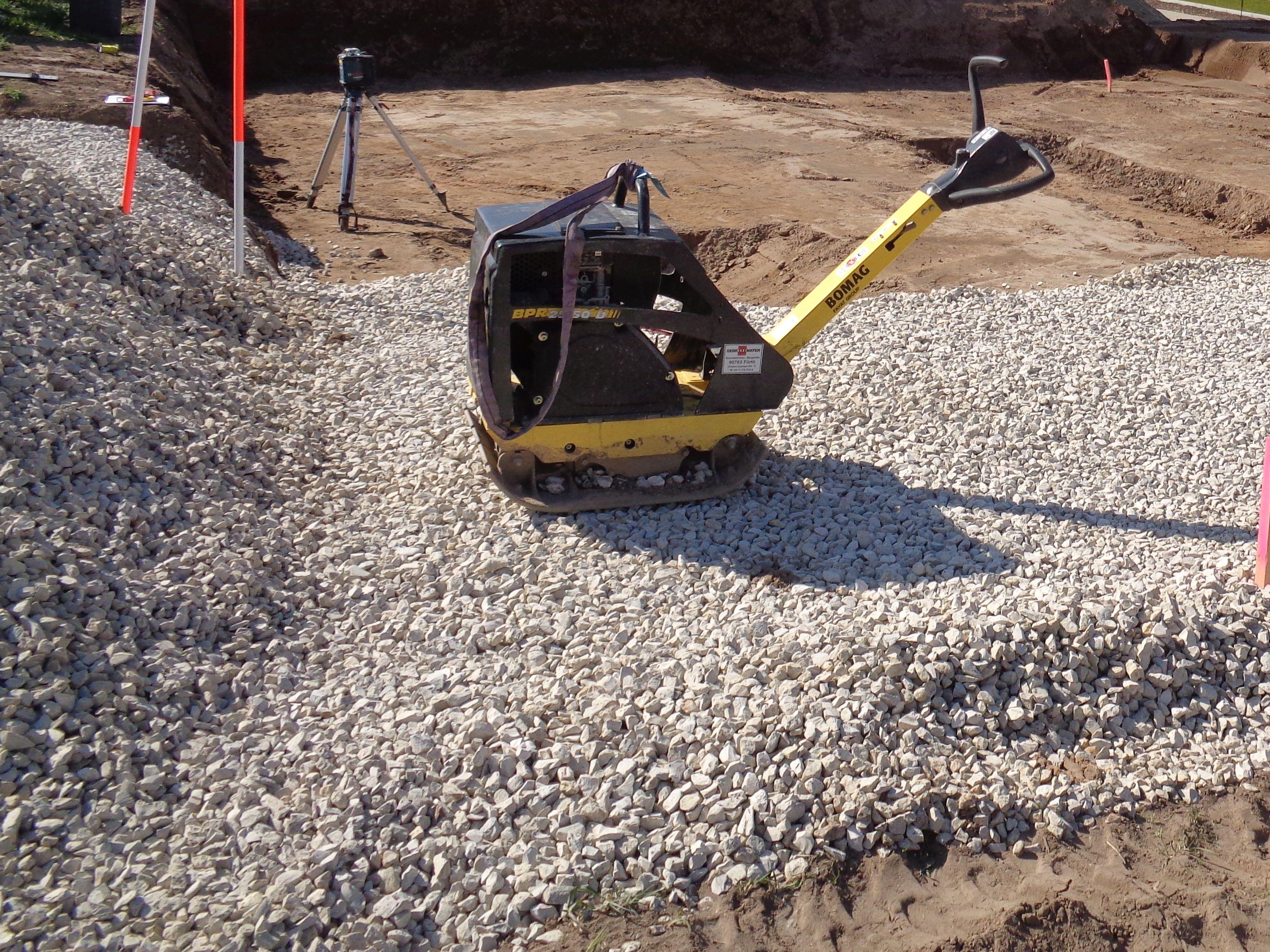 Favorit Splitt Basalt oder Kalk 2-5mm Pflastersplitt (21t) + Rüttelplatte DK15